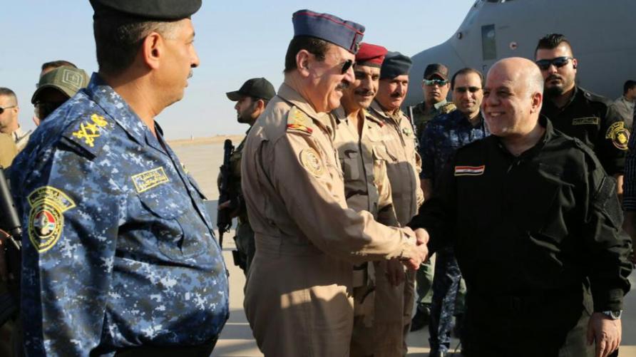 العبادي خلال زيارته للقطعات العسكرية على مشارف الموصل (من حسابه الرسمي على تويتر)