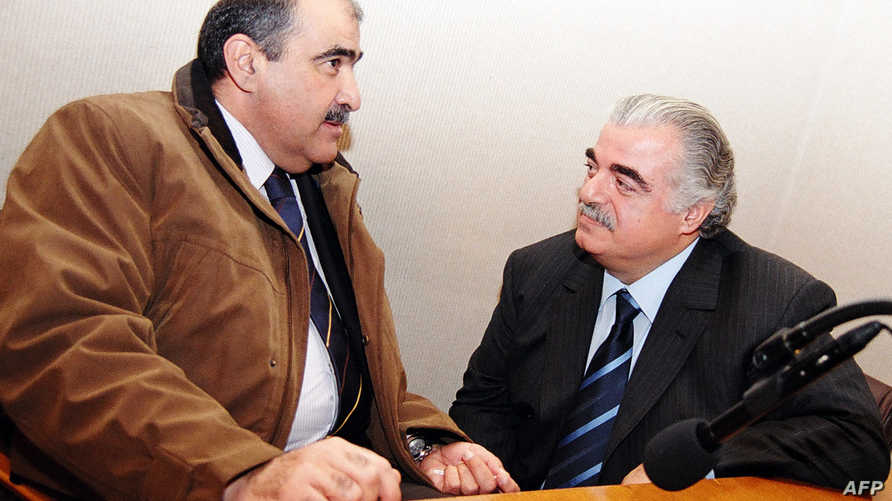رفيق الحريري (إلى يساره النائب السابق باسم السبع) في مجلس النواب اللبناني قبل دقائق من اغتياله
