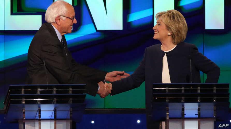 وزيرة الخارجية الأميركية السابقة هيلاري كلينتون والسناتور من ولاية فيرمونت بيرني ساندرز خلال مناظرة الحزب الديموقراطي في 13 تشرين الأول/أكتوبر 2015