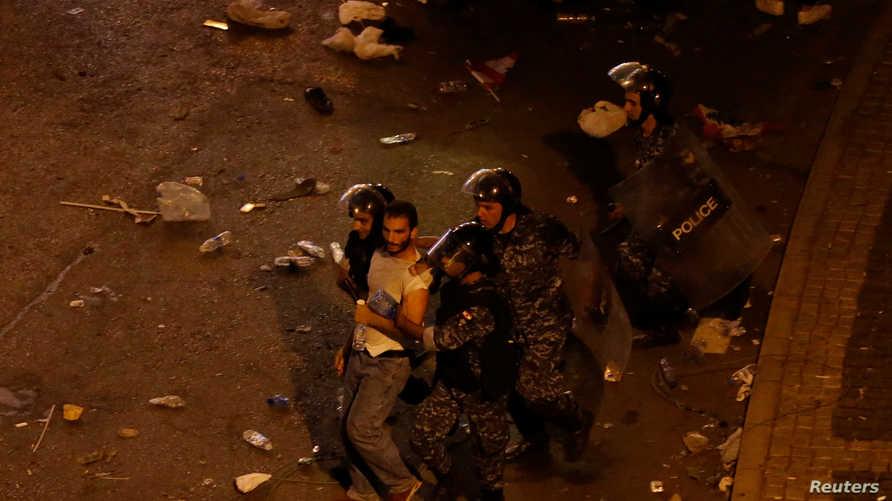 القوات الأمنية تعتقل متظاهرا في بيروت يوم الجمعة