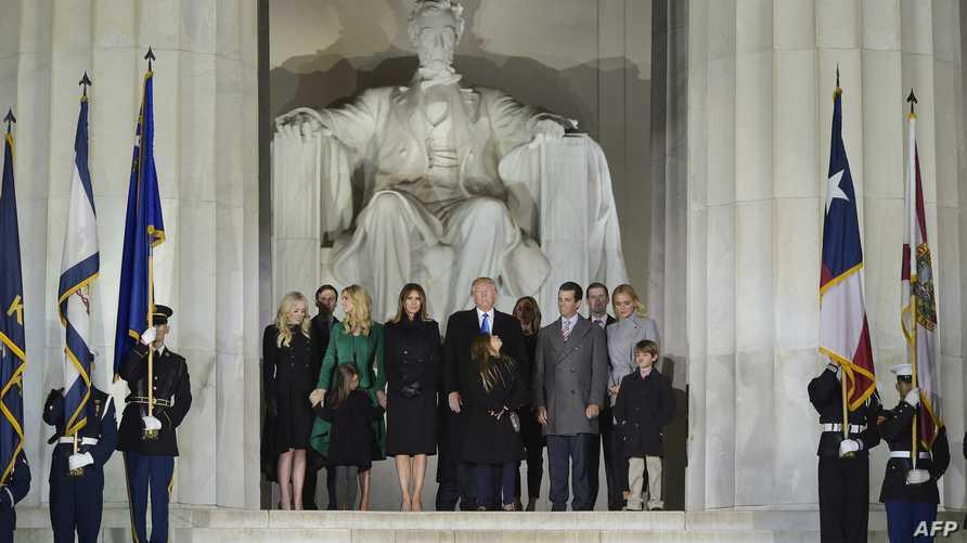 الرئيس المنتخب دونالد ترامب مع أفراد عائلته عند النصب التذكاري لأبراهام لينكولن في واشنطن