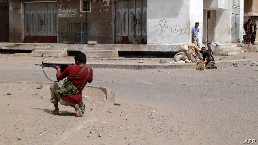 مقاتلون مؤيدون لحركة انفصال الجنوب خلال معارك مع الحوثيين في حي دار سعد بعدن