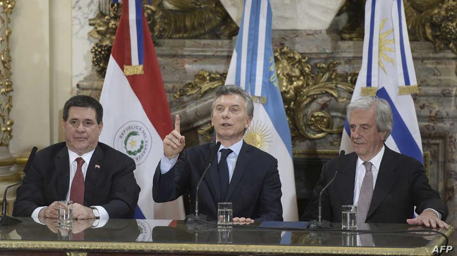 رؤساء الأرجنتين وأوروغواي وباراغواي في مؤتمر صحافي حول ملف ترشح مشترك لاستضافة كأس العالم