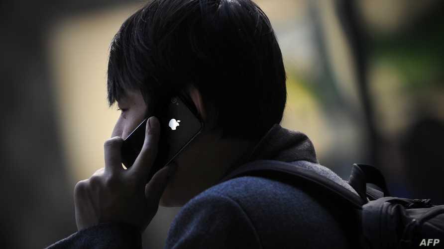 رجل يحمل هاتف آيفون