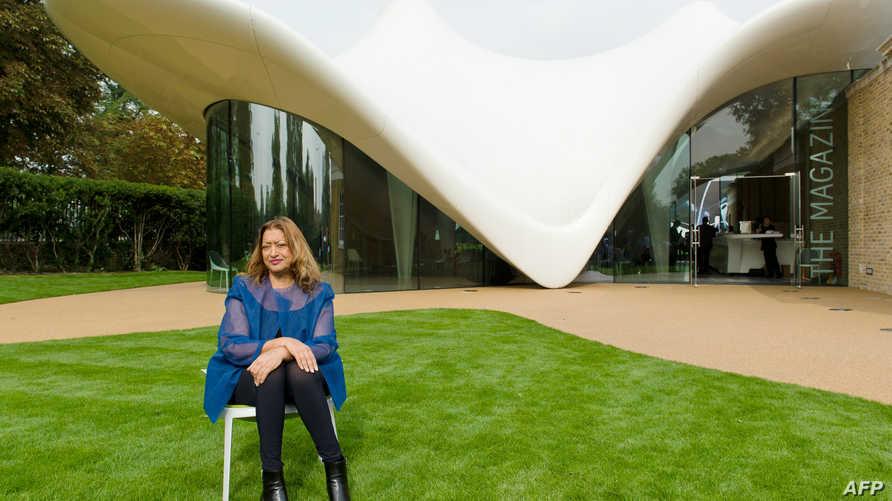 المعمارية زها حديد عام 2013 أمام أحد تصاميمها-مبنى معرض سربنتاين ساكلر في لندن