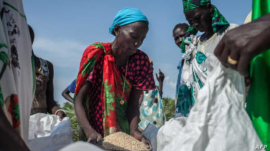 نساء من جنوب السودان يتسلمن حصة من المساعدات الغذائية الدولية. أرشيف