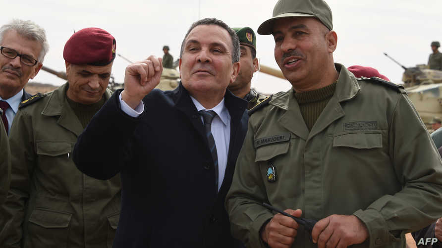 وزير الدفاع التونسي يتفقد الخندق والحاجز المقام على الحدود مع ليبيا
