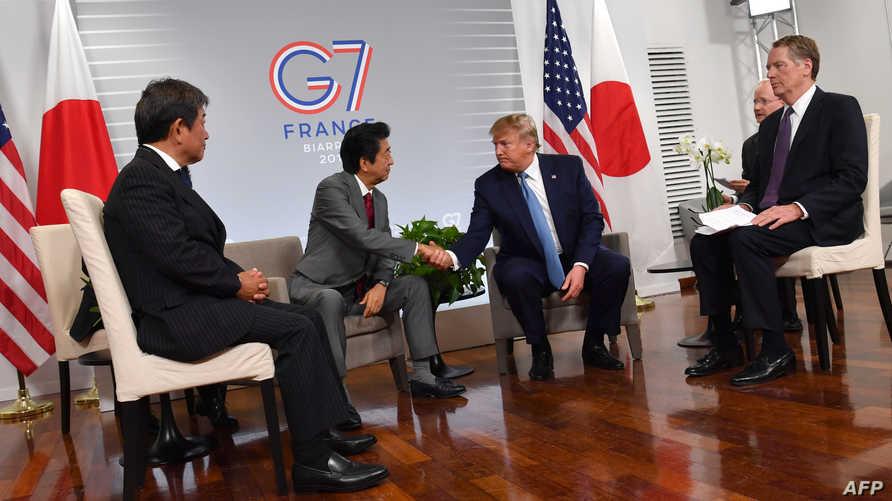 الرئيس الأميركي دونالد ترامب ورئيس وزراء اليابان شينزو آبي في قمة مجموعة السبع بفرنسا- 25 أغسطس 2019