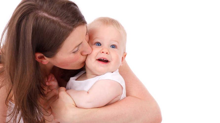 أم مع طفلها