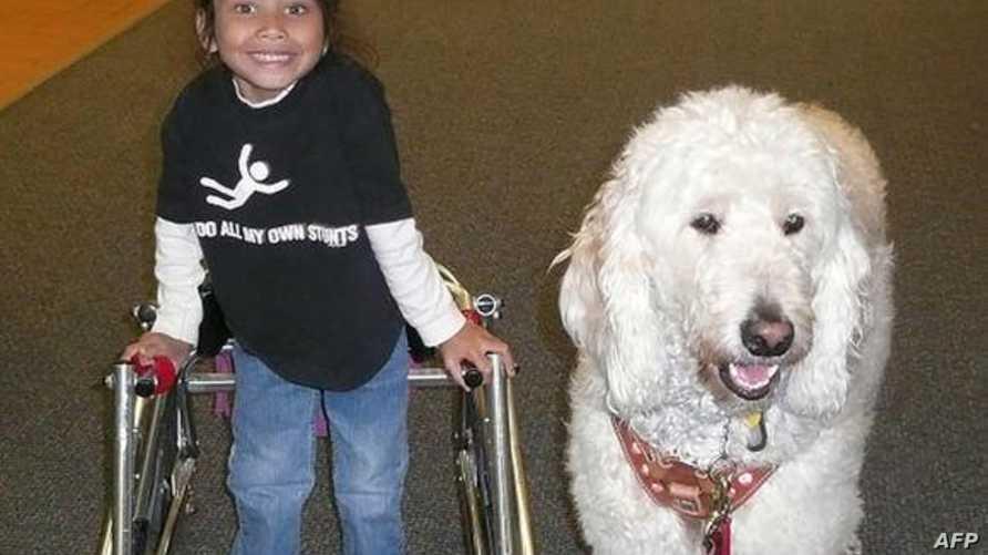 """الطفلة إيلينا وكلب الخدمة """"وندر"""". المصدر: صفحة الاتحاد الأميركي للحريات المدنية على فيسبوك"""