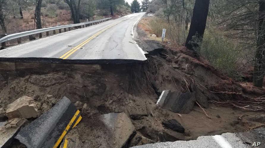 جانب من طريق سريع في كاليفورنيا انهار بسبب الأمطار الغزيرة