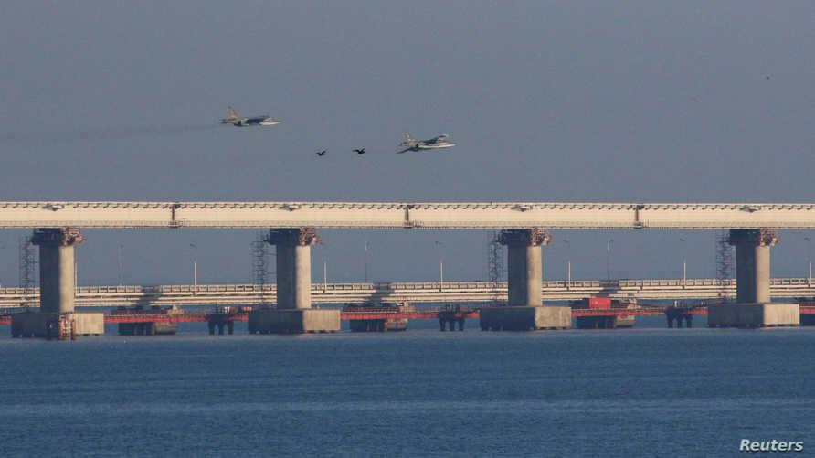 مقاتلات روسية تحلق فوق الجسر الذي يربط بين القرم وروسيا بعد منع سفن أوكرانية من دخول بحر أزوف