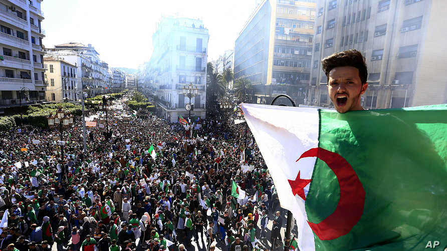 جانب من الاحتجاجات وسط العاصمة الجزائر