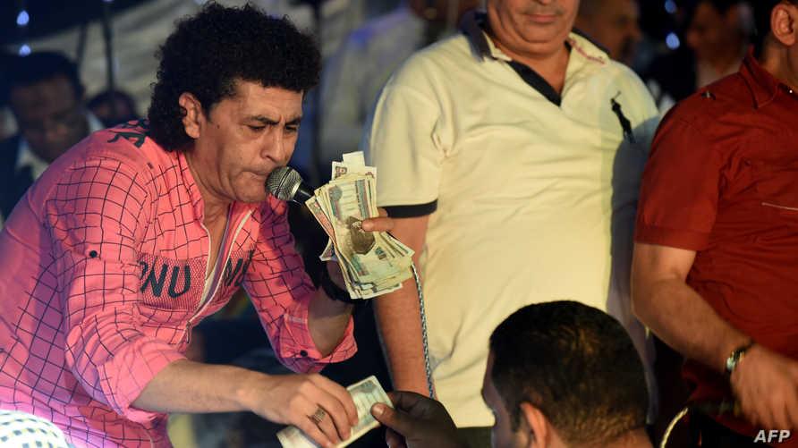 أحد منظمي هذه الأفراح يتسلم الأموال