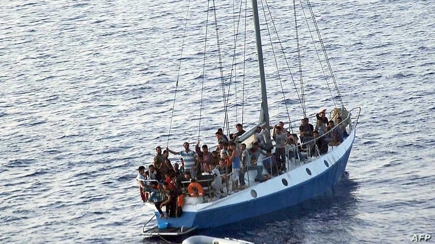 إحدى القوارب التي تقل مهاجرين غير شرعيين إلى أوربا