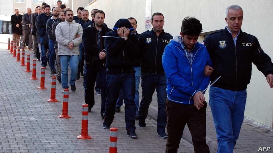 عناصر في الشرطة التركية مع معتقلين يشتبه في انتمائهم إلى جماعة فتح الله غولن- أرشيف