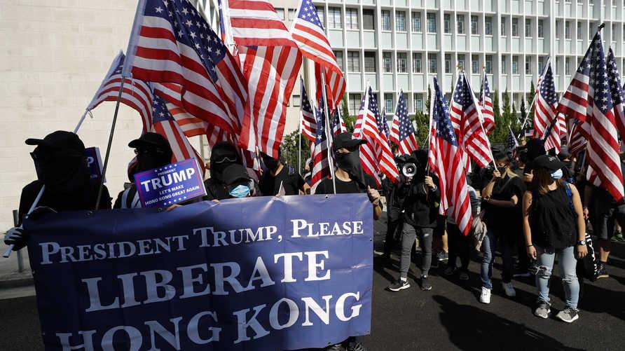 متظاهرو هونغ كونغ يرفعون لافتة تطالب ترامب بتحرير المدينة