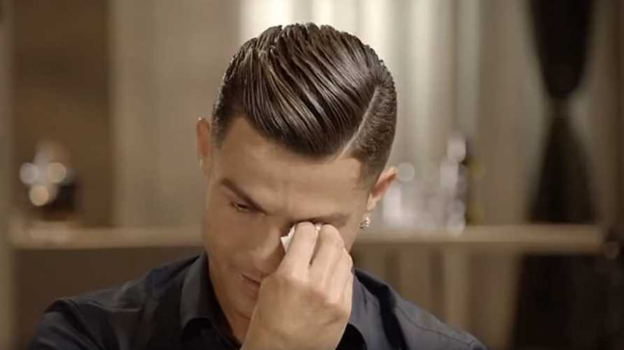 كريستيانو رونالدو يبكي خلال الحوار الذي أجراه الإعلامي البريطاني مورغن بيرس