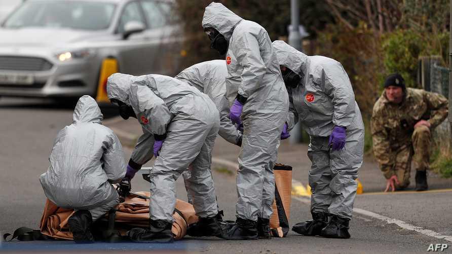 عناصر من الشرطة البريطانية في مكان الهجوم سيرغي سكريبال (أ ف ب)