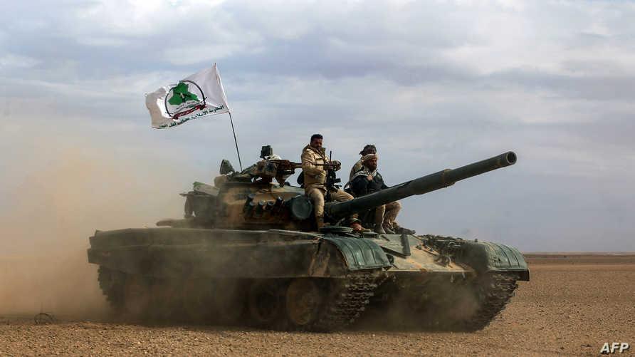 دبابة ترفع علم عصائب أهل الحق إحدى فصائل الحشد الشعبي/وكالة الصحافة الفرنسية