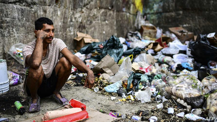 رجل ينتظر الحصول على طعام في أحد الأحياء الفقيرة في فنزويلا
