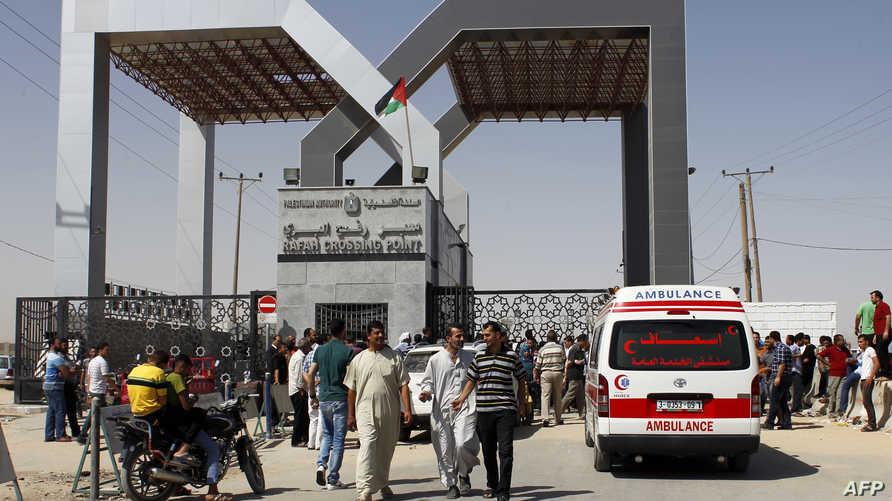 فلسطينيون عند معبر رفح الحدودي بين قطاع غزة ومصر- أرشيف