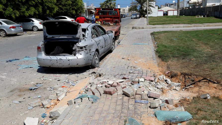 سيارة مدنية متضررة بعد هجوم على مطار معيتيقة الليبي في أغسطس 2019