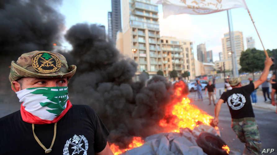 عسكريون متقاعدون يحرقون إطارات إعتراضا على إجراءات التقشف الحكومية التي تطال مخصصاتهم