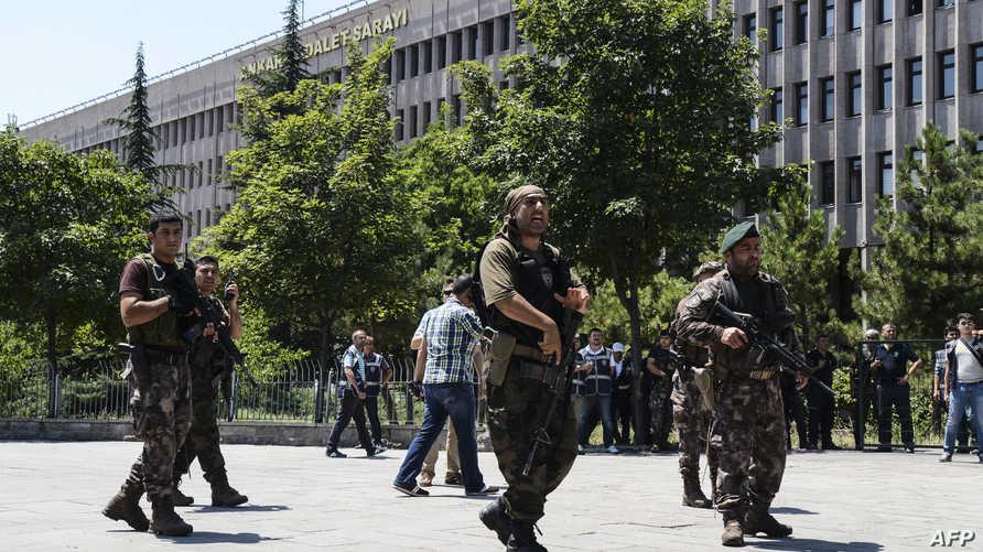 عناصر الشرطة التركية في أحد شوارع اسطنبول غداة محاولة الانقلاب