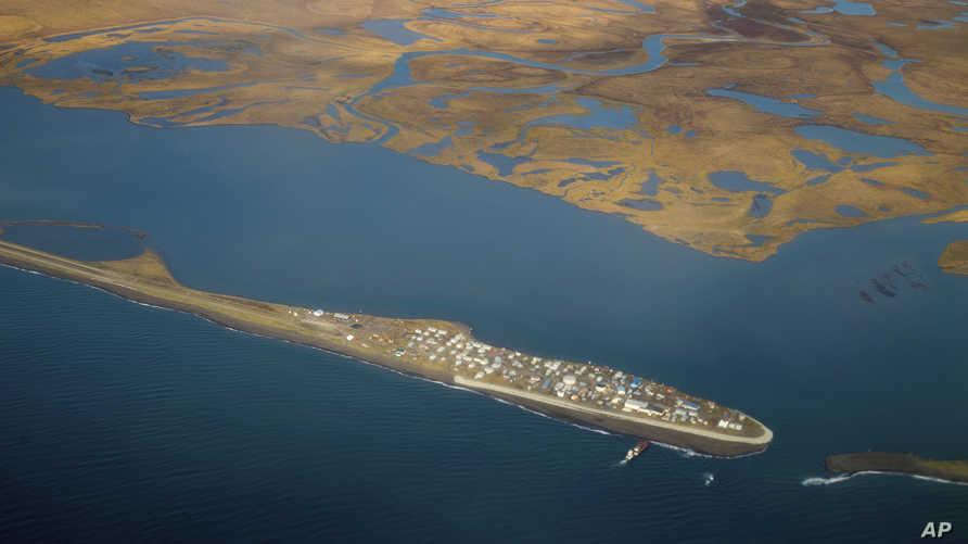 صورة لقرية كيفالينا في الساحل الشمالي لألاسكا حيث قال السكان وخبراء الطقس إن الجليد البحري اختفى قبل فترة بعيدة من موعد ذوبانه المعتاد كل عام