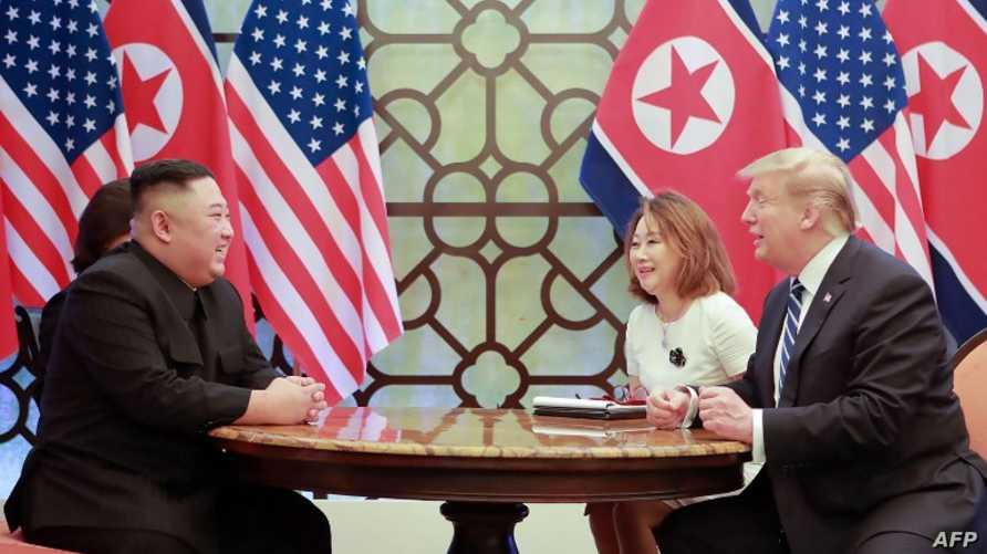 الرئيس دونالد ترامب  والزعيم الكوري الشمالي كيم يونغ أون خلال قمة هانوي