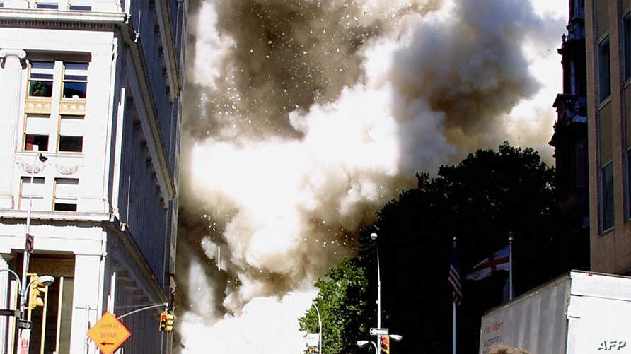 هروب المارة لحظة وقوع أحد الانفجارات بالبرجين