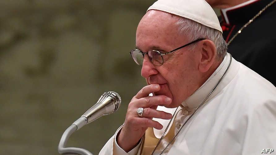 البابا فرنسيس خلال مؤتمر صحافي في الفاتيكان