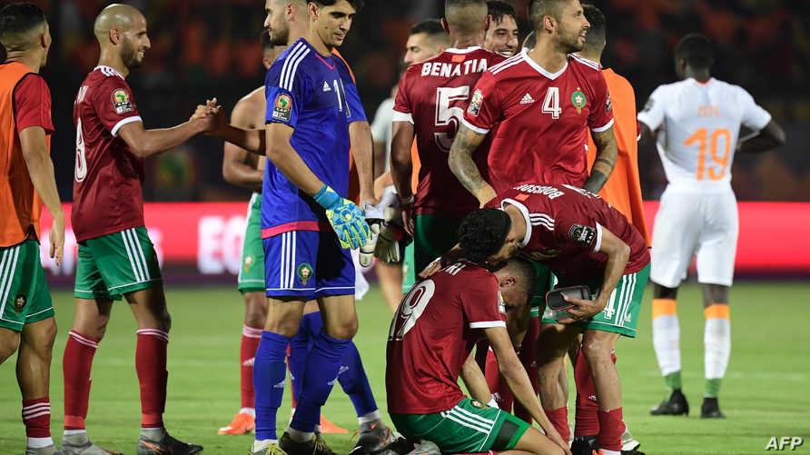 لاعبو المنتخب المغربي يحتفلون بالفوز الثمين على كوت ديفوار