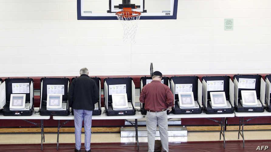 ناخبان أميركيان يدليان بصوتيهما في الانتخابات التمهيدية
