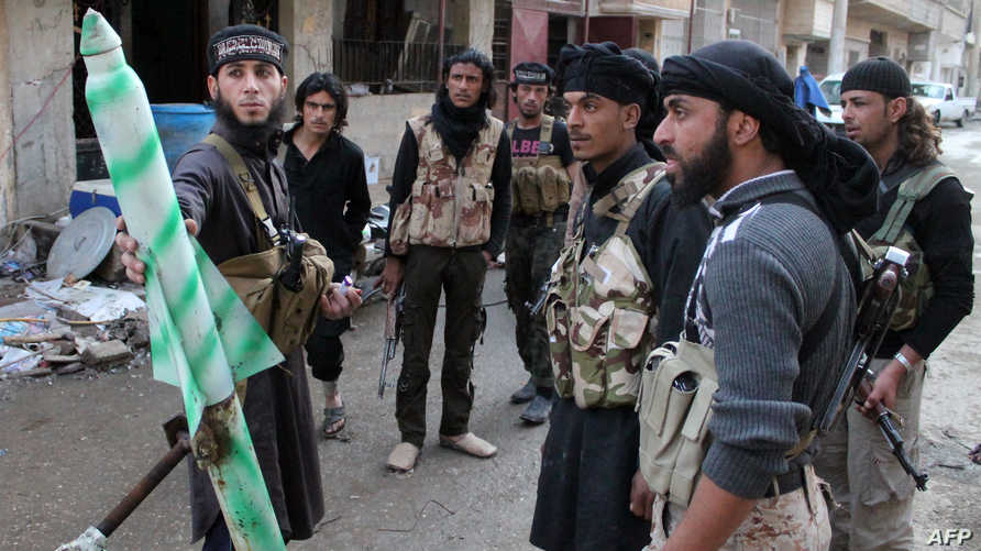 مقاتلون من داعش في أحد شوارع دير الزور شرقي سورية