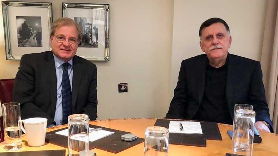 السفير الأميركي ريتشارد نورلاند خلال لقاء جمعه برئيس الوزراء الليبي في لندن
