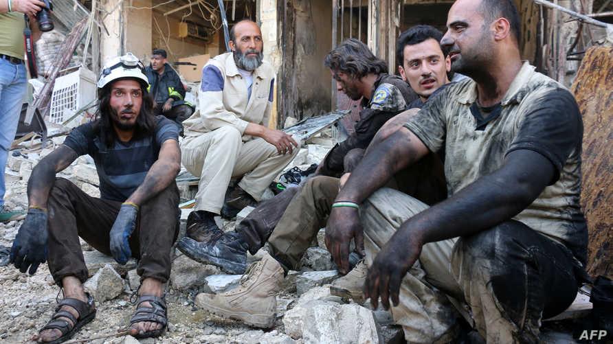 متطوعو إغاثة في استراحة بعد عمليات إنقاذ المصابين في غارة السبت