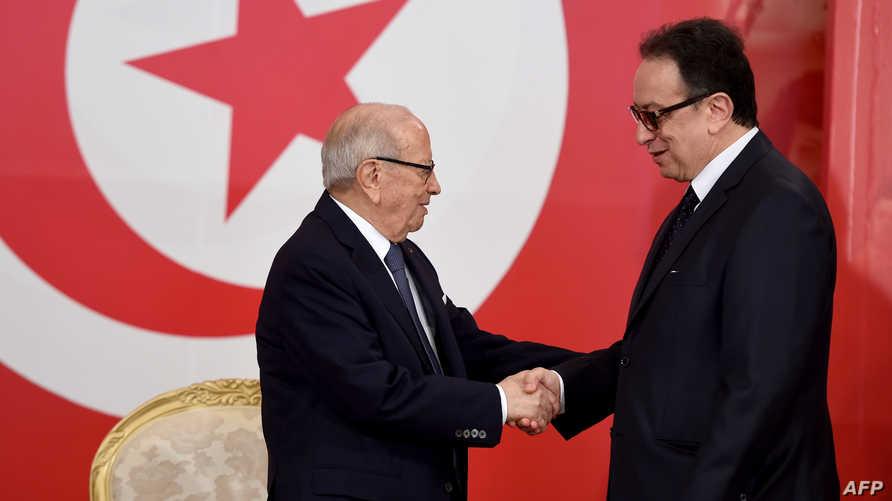 الرئيس التونسي الباجي قائد السبسي يسلم على نجله حافظ (2016)