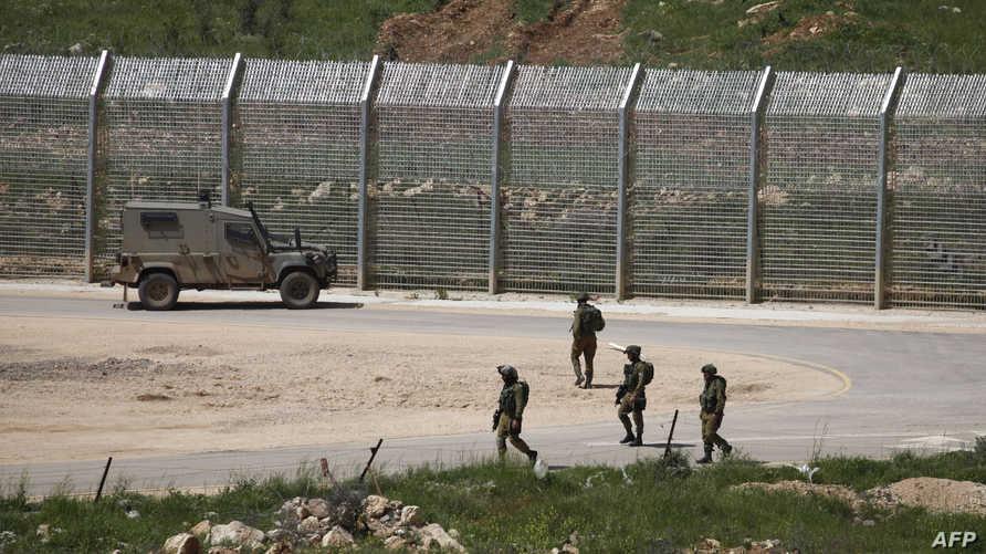 """جنود إسرائيليون في الجولان- سانا قالت إن الغارات الإسرائيلية تمت """"من فوق الأجواء اللبنانية والجولان"""""""