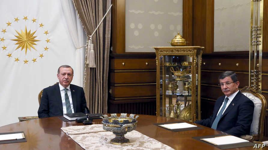 الرئيس التركي أردوغان ورئيس الوزراء السابق داوود أوغلو