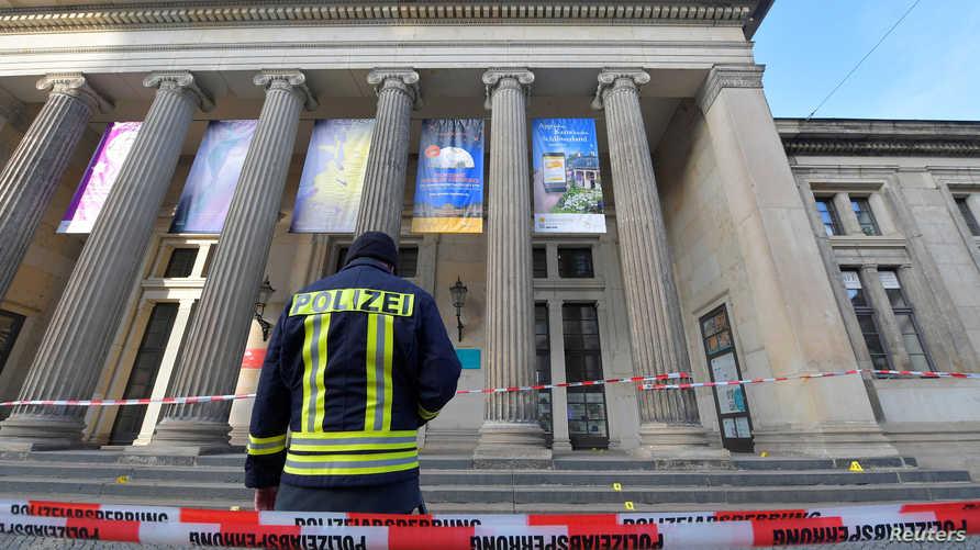 """شرطي يقف أمام متحف """"الخزنة الخضراء"""" بعد عملية السرقة - 25 نوفمبر 2019"""