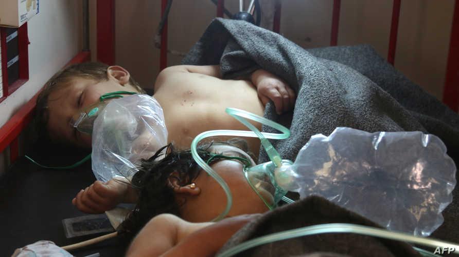 أطفال تحت الأوكسجين في مستشفى في معرة النعمان بعد القصف على بلدة خان شيخون