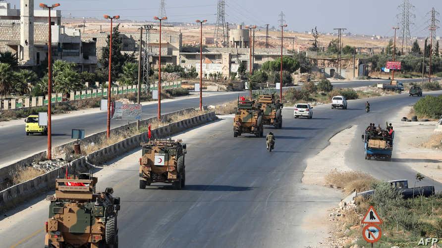 قافلة عسكرية تركية تمر بأحد شوارع معرة النعمان في إدلب