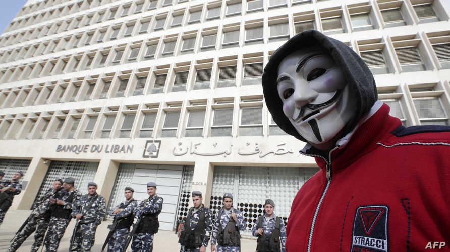 متظاهر لبناني أمام مقر مصرف لبنان في العاصمة بيروت