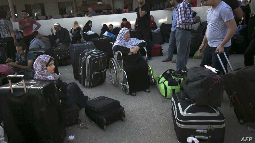 فلسطينيون في معبر رفح