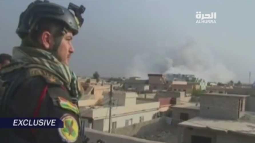 ضابط من قوات البيشمركة يراقب  غارة اميركية على موقع لداعش