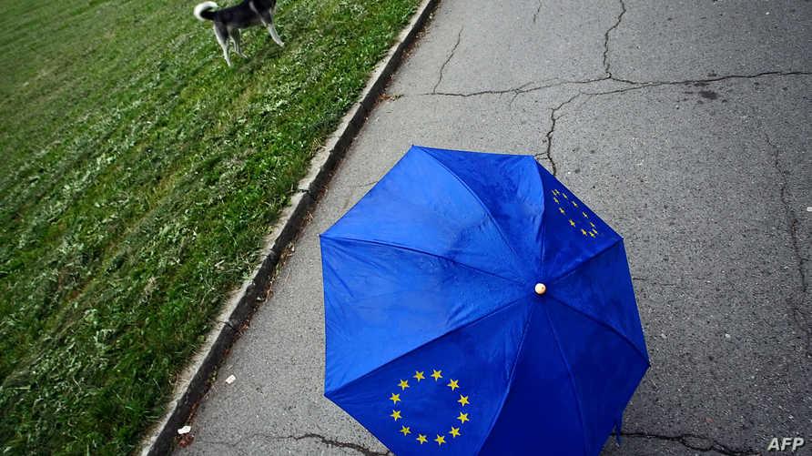 مظلة تحمل شعار الاتحاد الأوروبي في حديقة وسط صوفيا عاصمة بلغاريا-2006