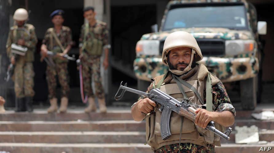 شرطي يمني خلال دورية في مدينة تعز