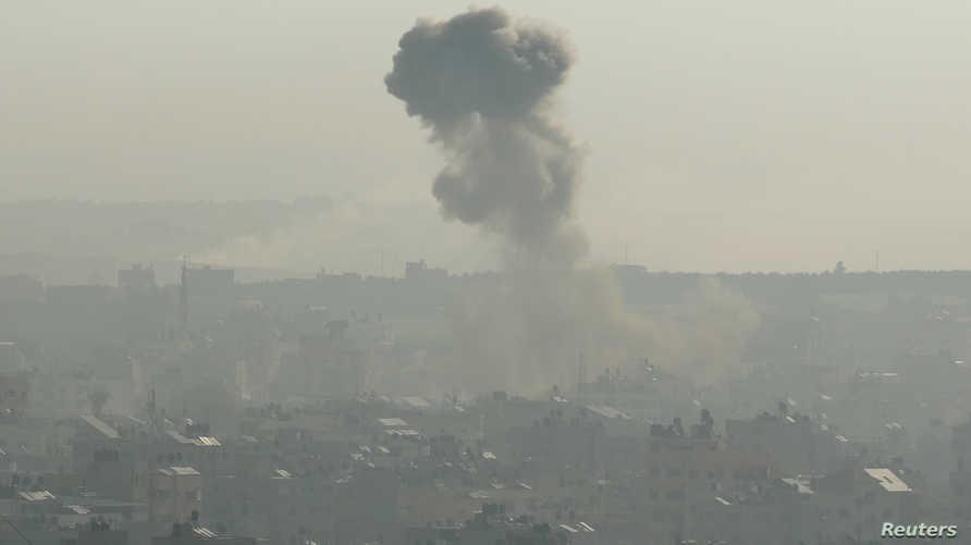 الدخان يتصاعد إثر انفجار في غزة